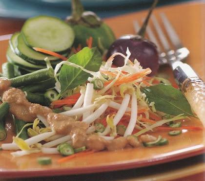 membuat olahan salad berbahan sayuran